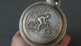 Decorative tankard 15 cm with bicycle motif